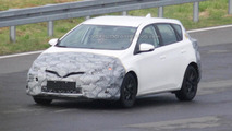 Toyota Auris facelift makes spy photo debut