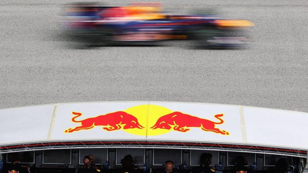 Sebastian Vettel (GER), Red Bull Racing, drives past his team on the pitwall, Malaysian Grand Prix, Sepang Circuit, 04.04.2010 Kuala Lumpur, Malaysia