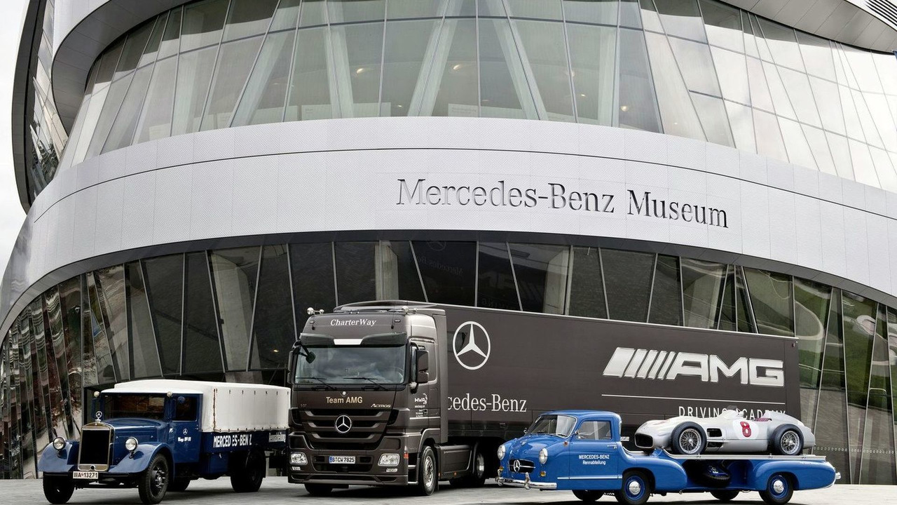 """The classic Lo2750 from the 1930s and the replica of """"The Blue Wonder"""" from the 1950s flank the current Mercedes-Benz Actros."""