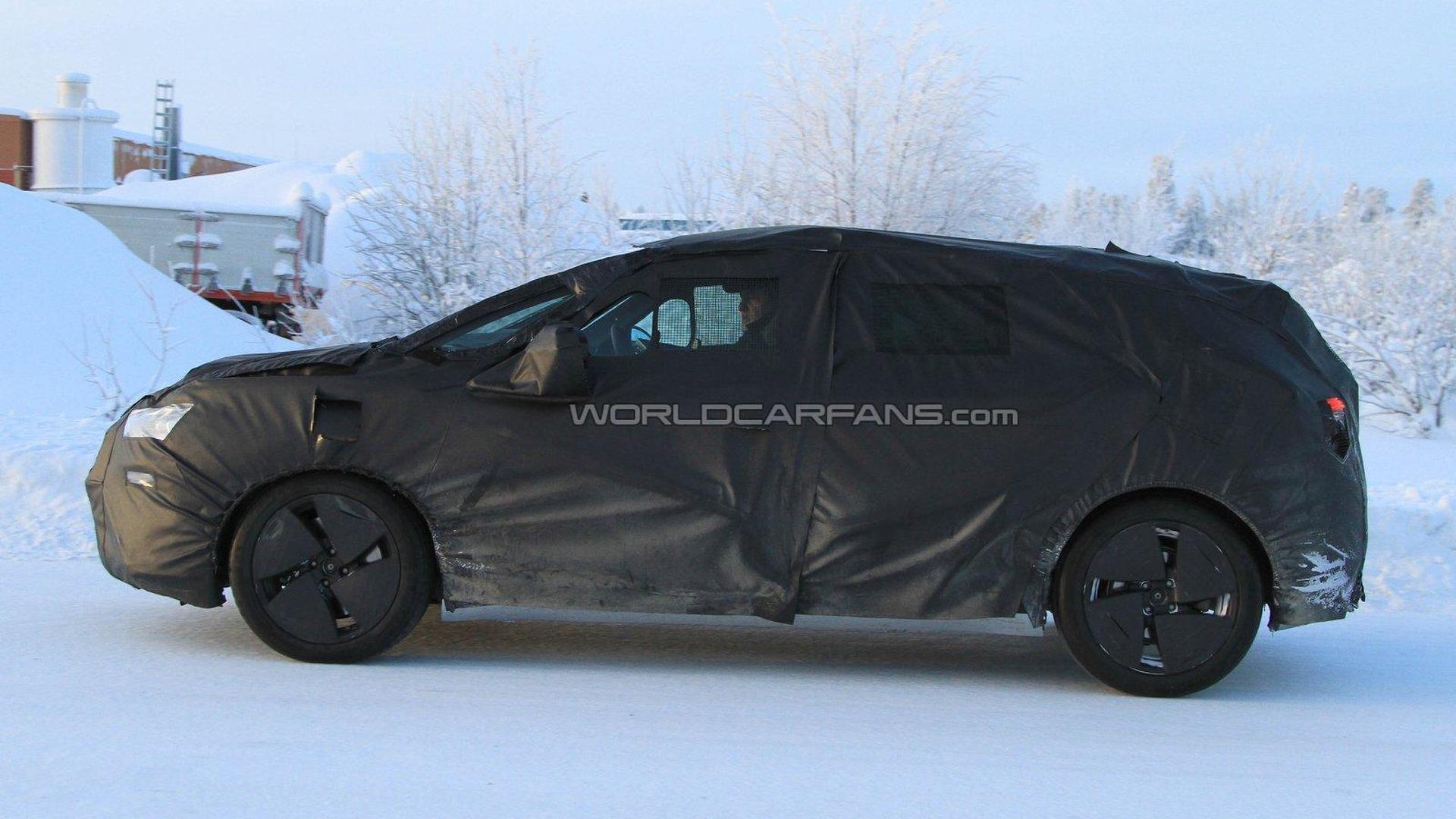 2011 Citroen DS5 spied winter testing