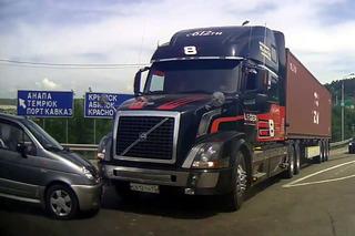 Trucker Avoids Massive Crash with Split-Second Reaction Time [video]
