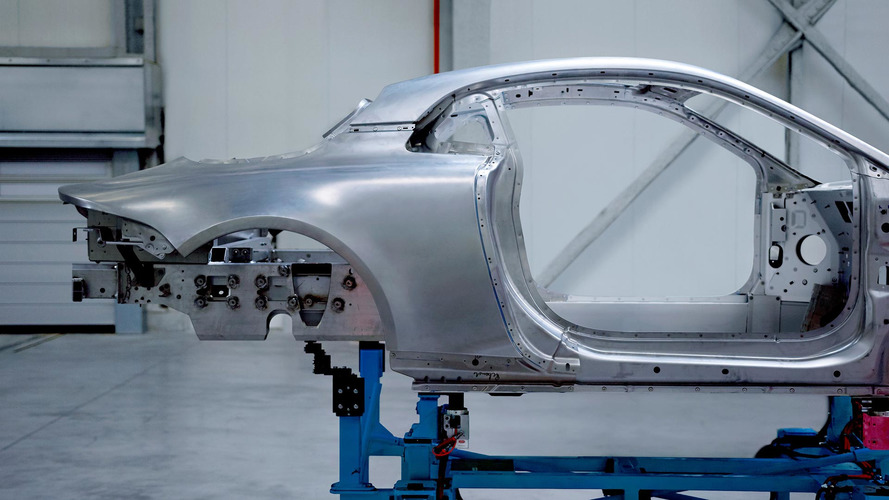 Alpine A120'nin kıvrımlı alüminyum gövdesine bir göz atıny