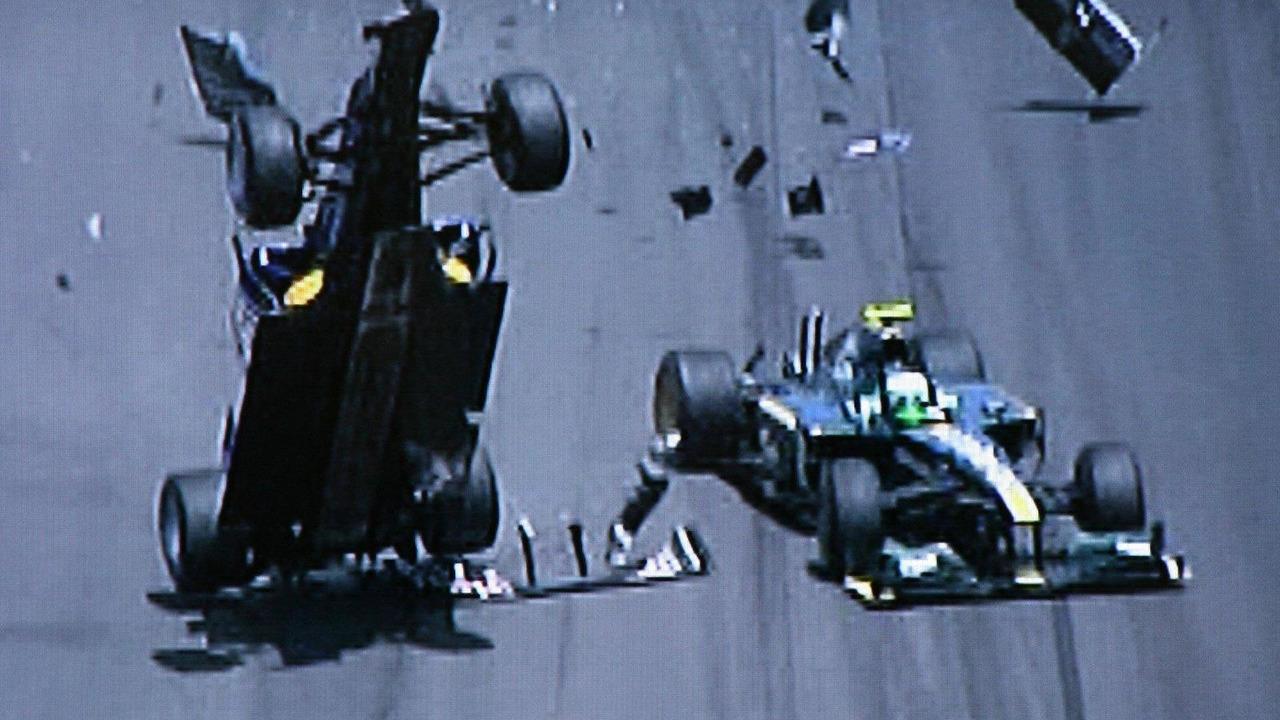 Crash of Mark Webber (AUS), Red Bull Racing, and Heikki Kovalainen (FIN), Lotus F1 Team, European Grand Prix, Sunday Race, 27.06.2010 Valencia, Spain