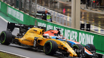 Kevin Magnussen, Renault Sport F1 Team RS16 and Pascal Wehrlein, Manor Racing MRT05 battle for position