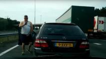 VIDEO - Furieux, il baisse son slip au beau milieu d'une autoroute