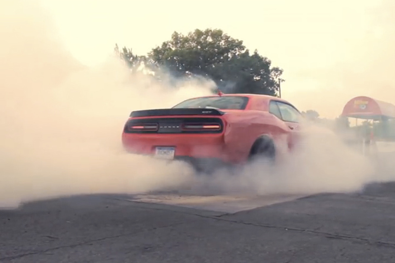A Pair of Challenger Hellcats do 1,414hp Burnouts