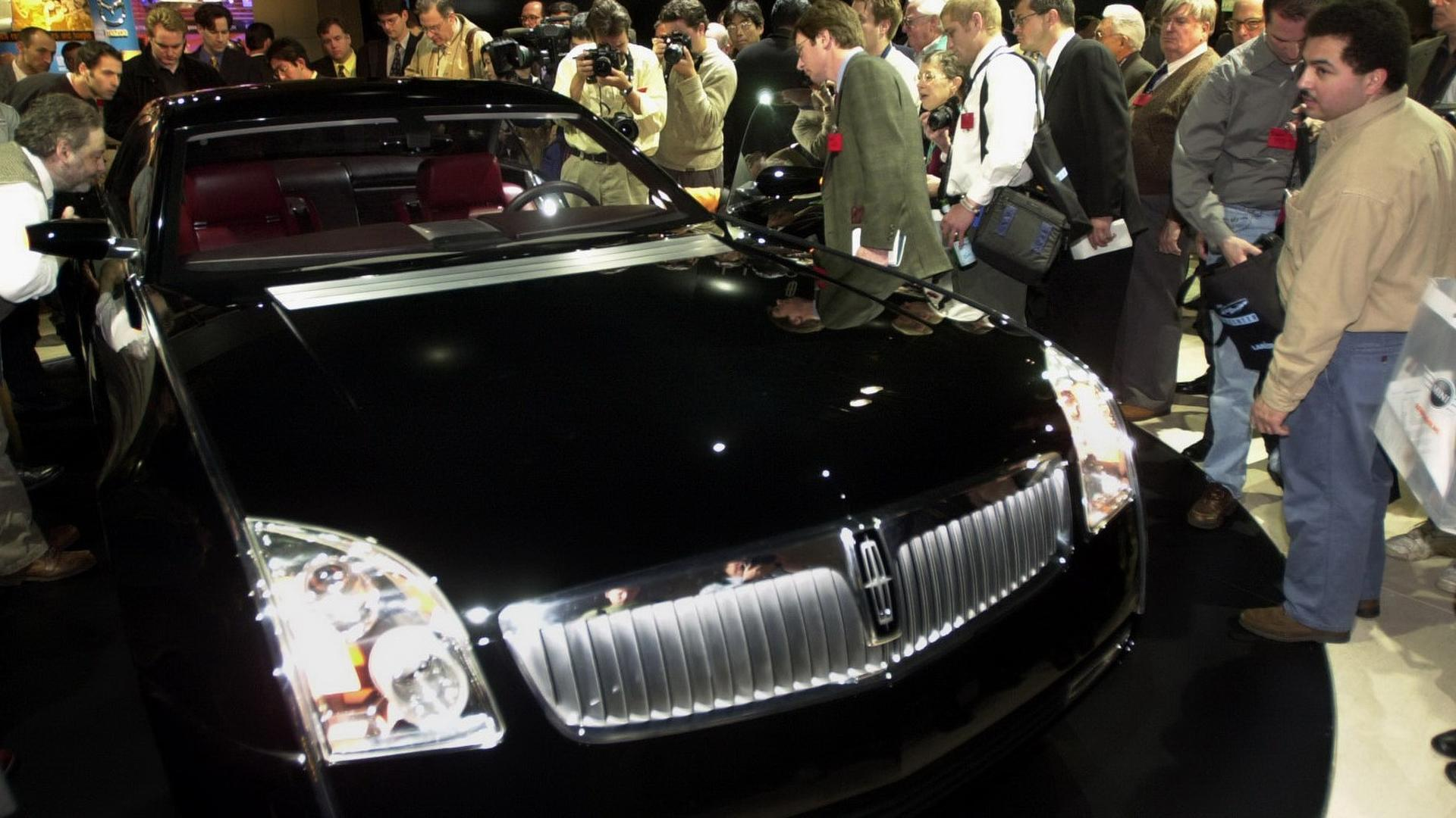 https://icdn-2.motor1.com/images/mgl/2yxXK/s1/2001-lincoln-mk9-concept.jpg