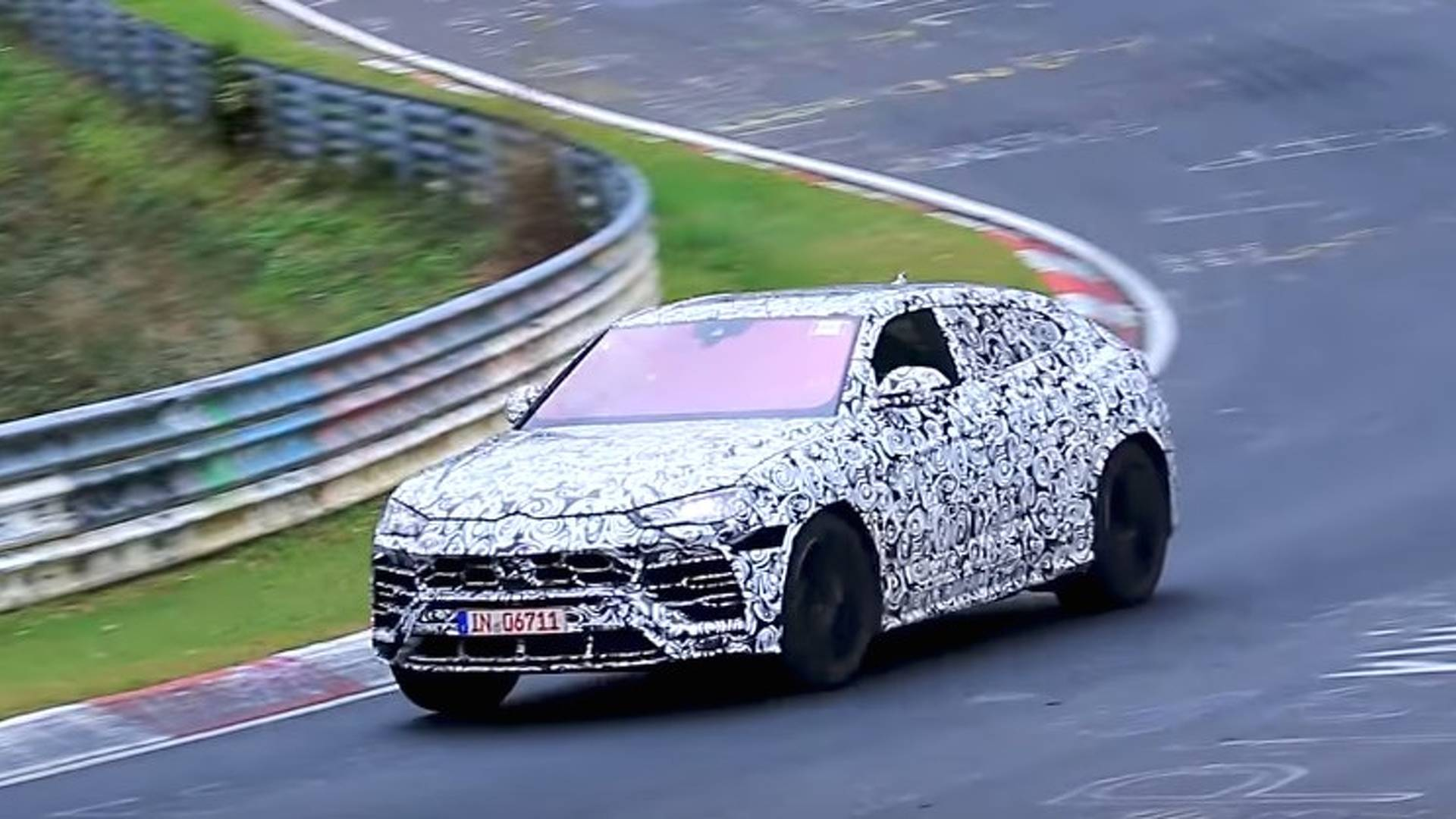 vid o le lamborghini urus sur le circuit du n rburgring. Black Bedroom Furniture Sets. Home Design Ideas