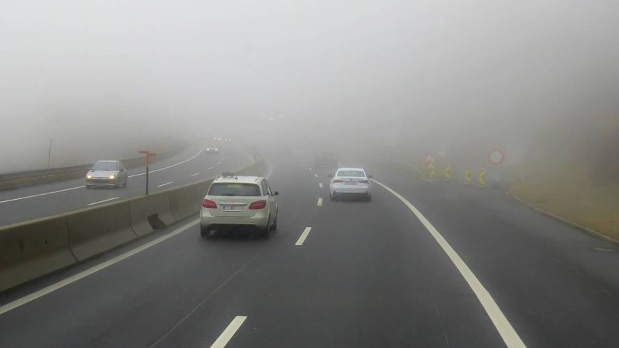 A ködös idő miatt óvatosabb vezetésre kéri az autósokat a rendőrség