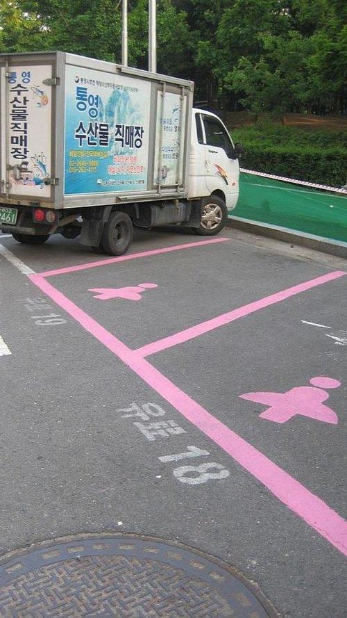 Pink lady-friendly parking spots in Seoul