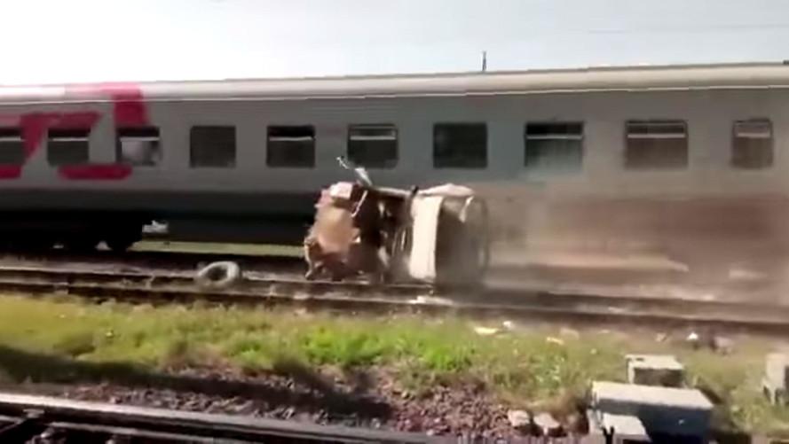 UAZ-469 vira paçoca na frente de trem
