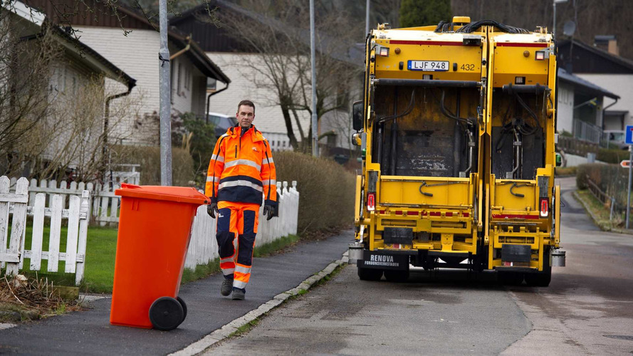 Volvo'nun çöp kamyonu konteynerlere kendi kendine gidecek