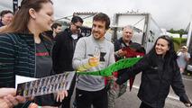 Fernando Alonso con el público