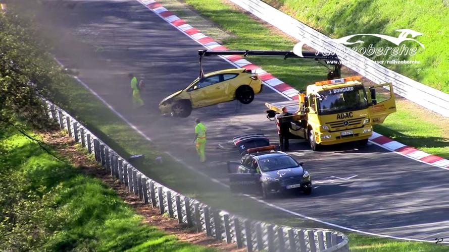 Opel Astra GTC Nürburgring'de duvara tosluyor