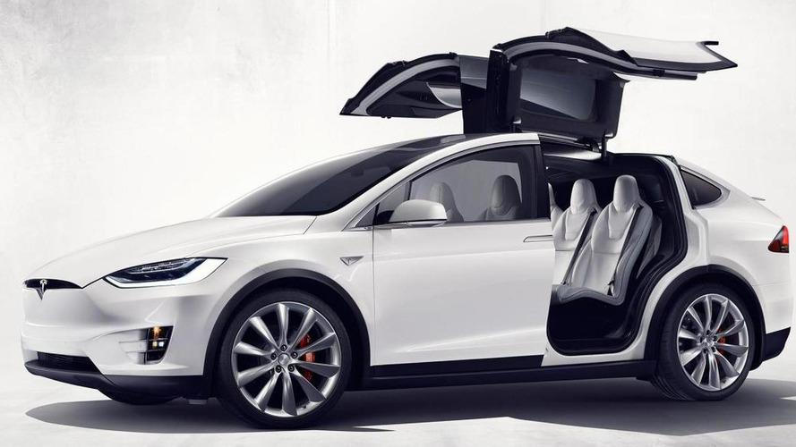 VIDÉO - Quand la Tesla Model X joue aux utilitaires