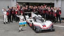 Foto de grupo de los miembros del equipo Porsche