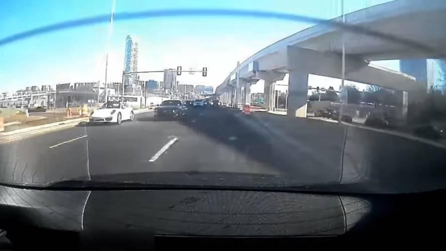 Tesla Model S'in bir Mustang ile Porsche'ye fark atışını izleyin