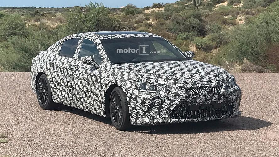2019 Lexus ES, rakipleriyle beraber çölde görüldü