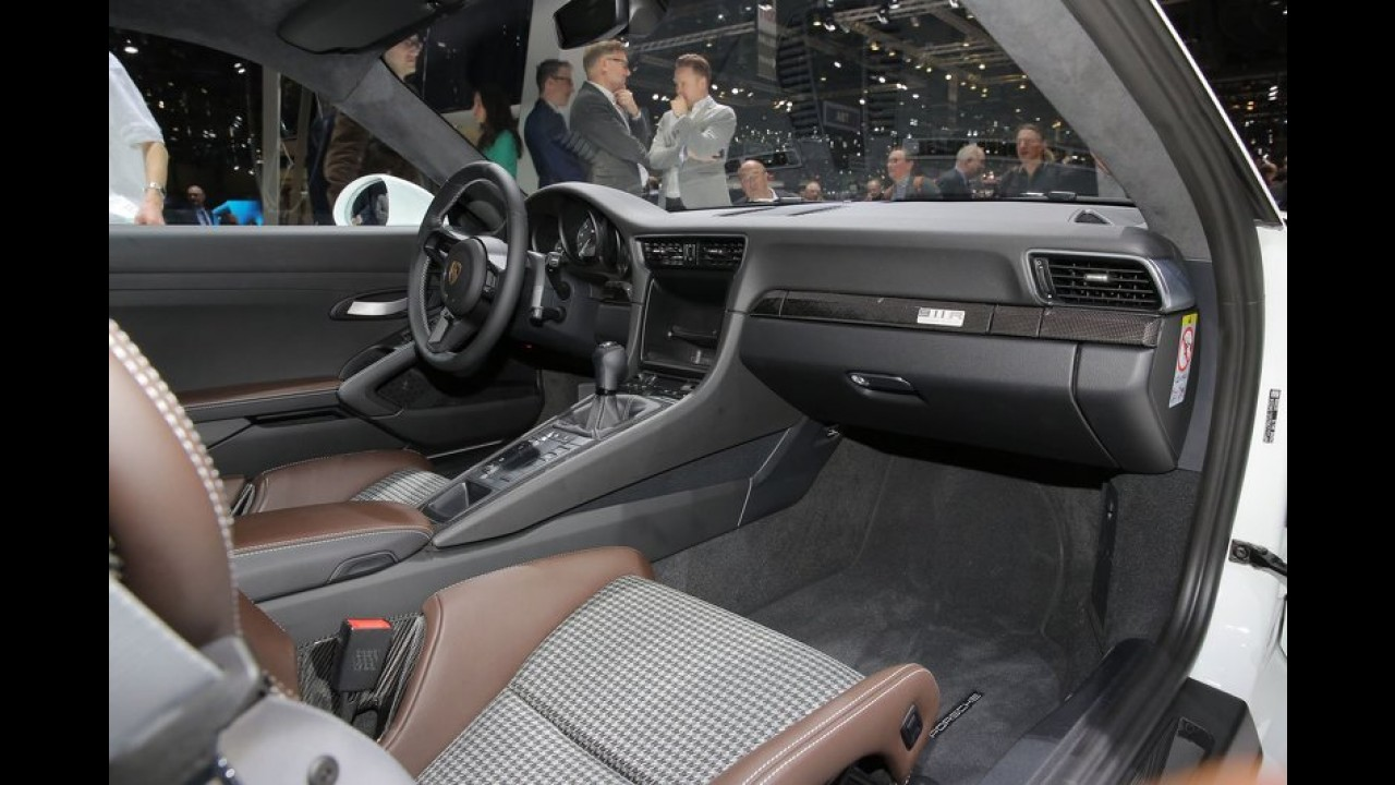 Porsche 911R atmosferik motoru ve manuel şanzımanıyla Cenevre'de