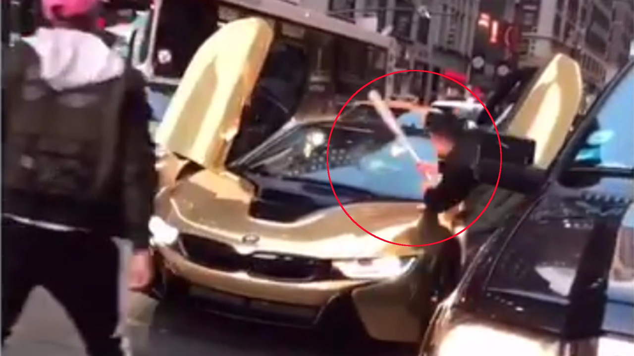 BMW i8 mal garée