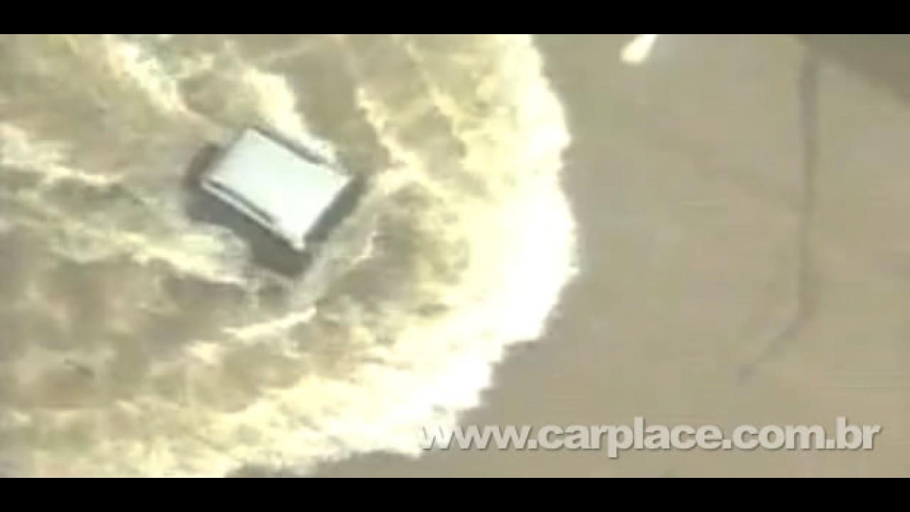 VÍDEO: Troller fica debaixo d'água, mas passa por alagamento em SP