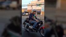 Tayland'daki motosiklete binen kediler