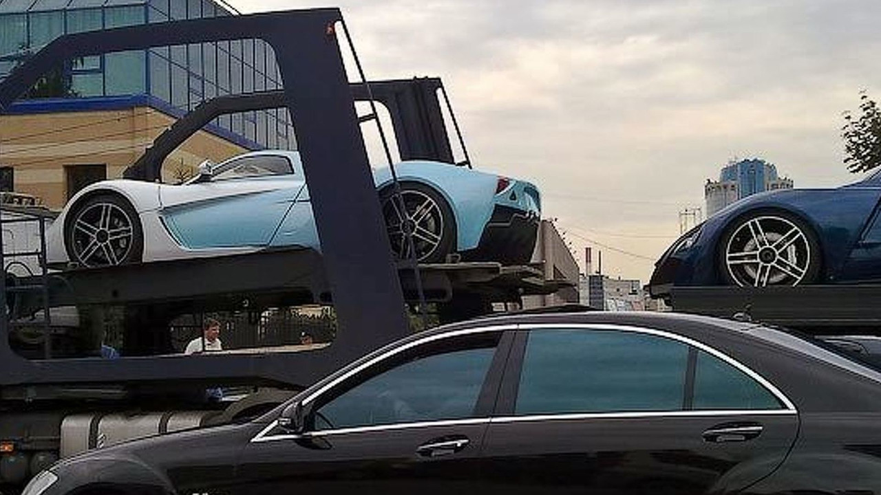 Marussia B2 and B1 being transported through Moscow uncovered