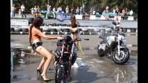 Vídeo: garota faz dança sensual junto a moto e acaba mal
