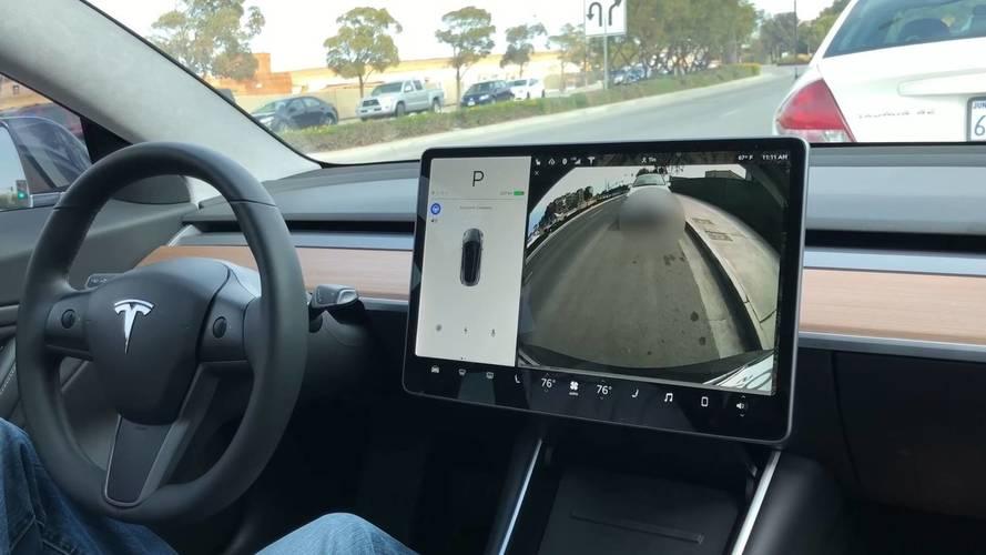 Tesla Model 3 kendi kendini paralel park ediyor