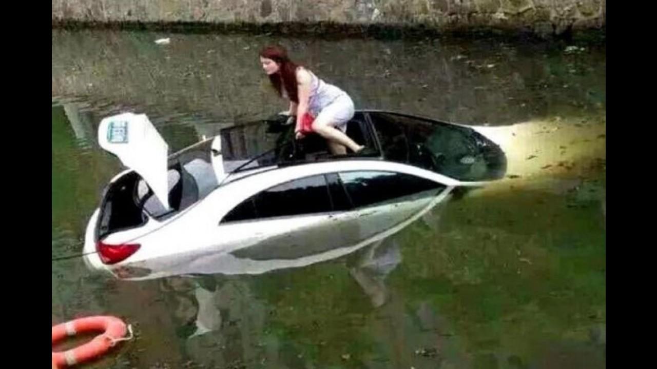 Mulher perde o controle de Mercedes CLS e vai parar dentro de canal