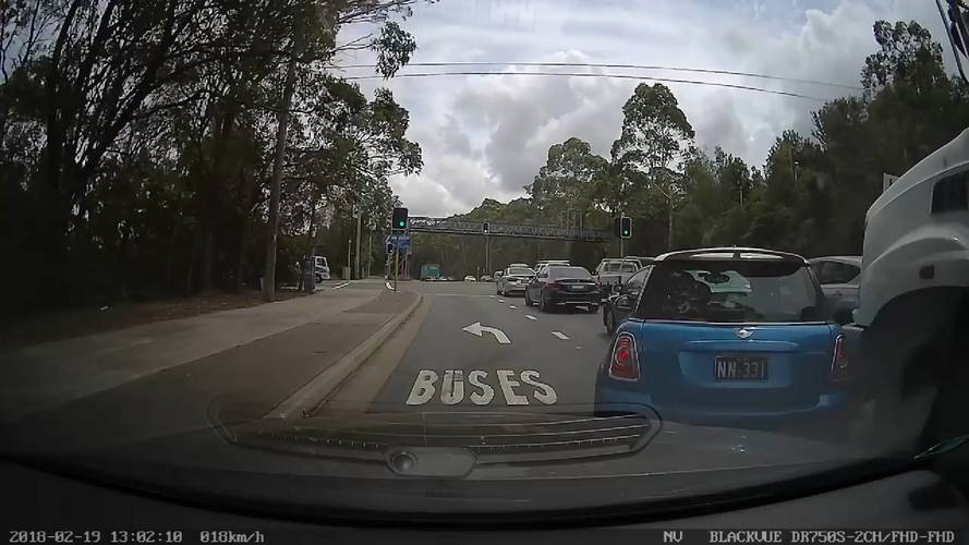 Teherautó elé sorolt be a Mini vezetője - rossz döntés volt