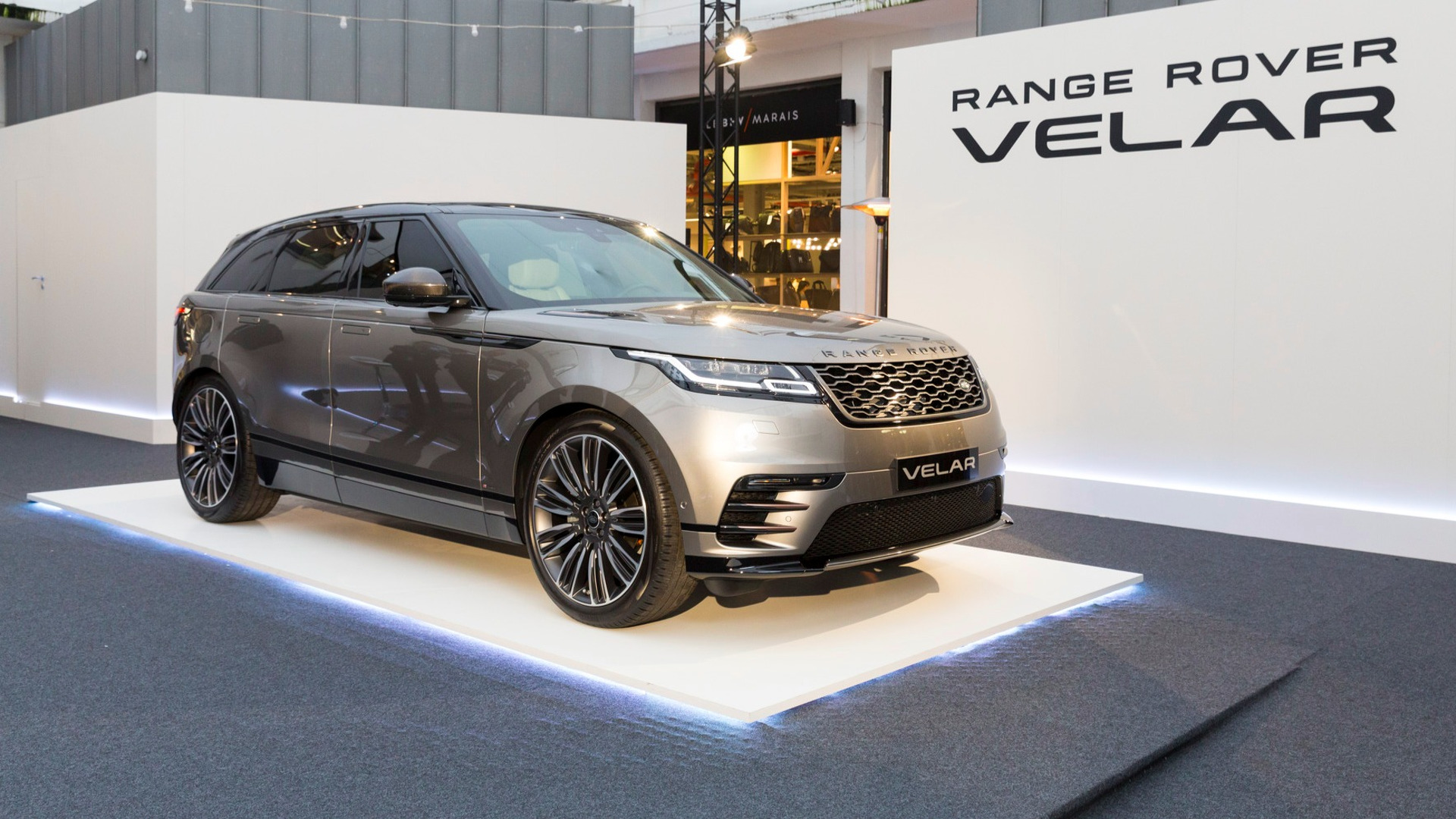 le range rover velar s 39 expose pour la premi re fois paris. Black Bedroom Furniture Sets. Home Design Ideas