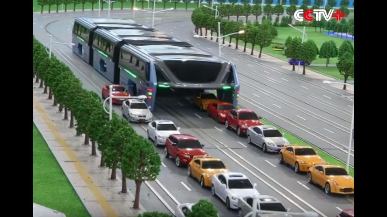 'Ônibus do futuro' chinês leva 1.200 pessoas e trafega sobre os carros - vídeo