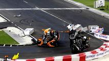 Wehrlein capota o carro depois de tocar Massa