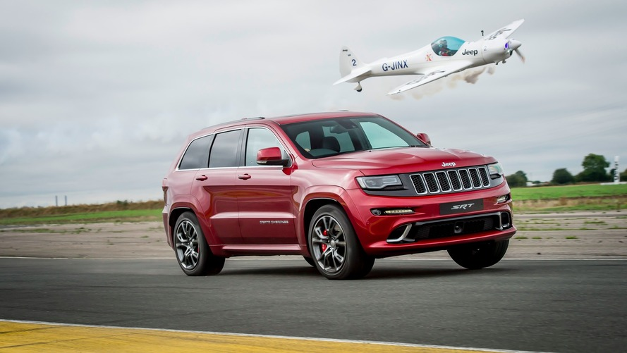 Course entre Jeep Grand Cherokee SRT et un avion acrobatique