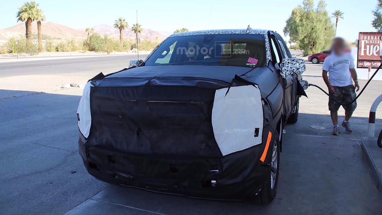 2018 - [Chevrolet / GMC] Silverado / Sierra 2019-chevrolet-silverado-diesel-spy-photo