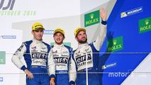 Podium LMP2: troisème place #36 Signatech Alpine A460: Gustavo Menezes, Nicolas Lapierre, Stéphane Richelmi