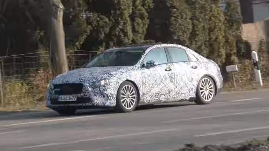 Mercedes A-Serisi sedan, arka koltuğunda mankenle görüntülendi