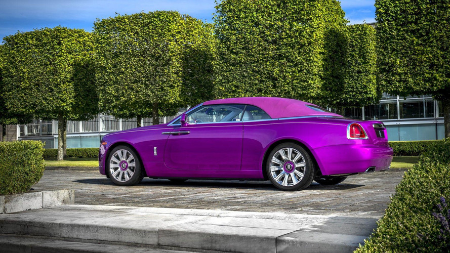 Une Rolls-Royce Dawn fuchsia à Pebble Beach