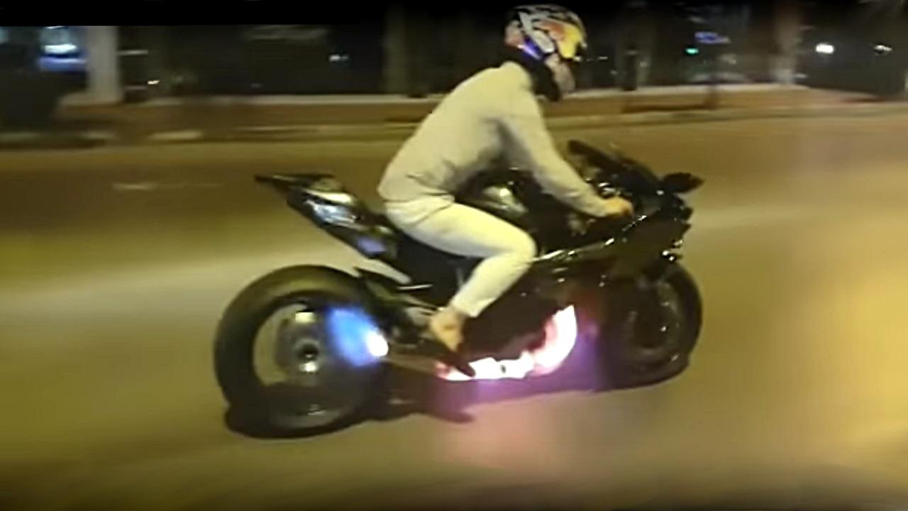 Kawasaki H2R spits fire