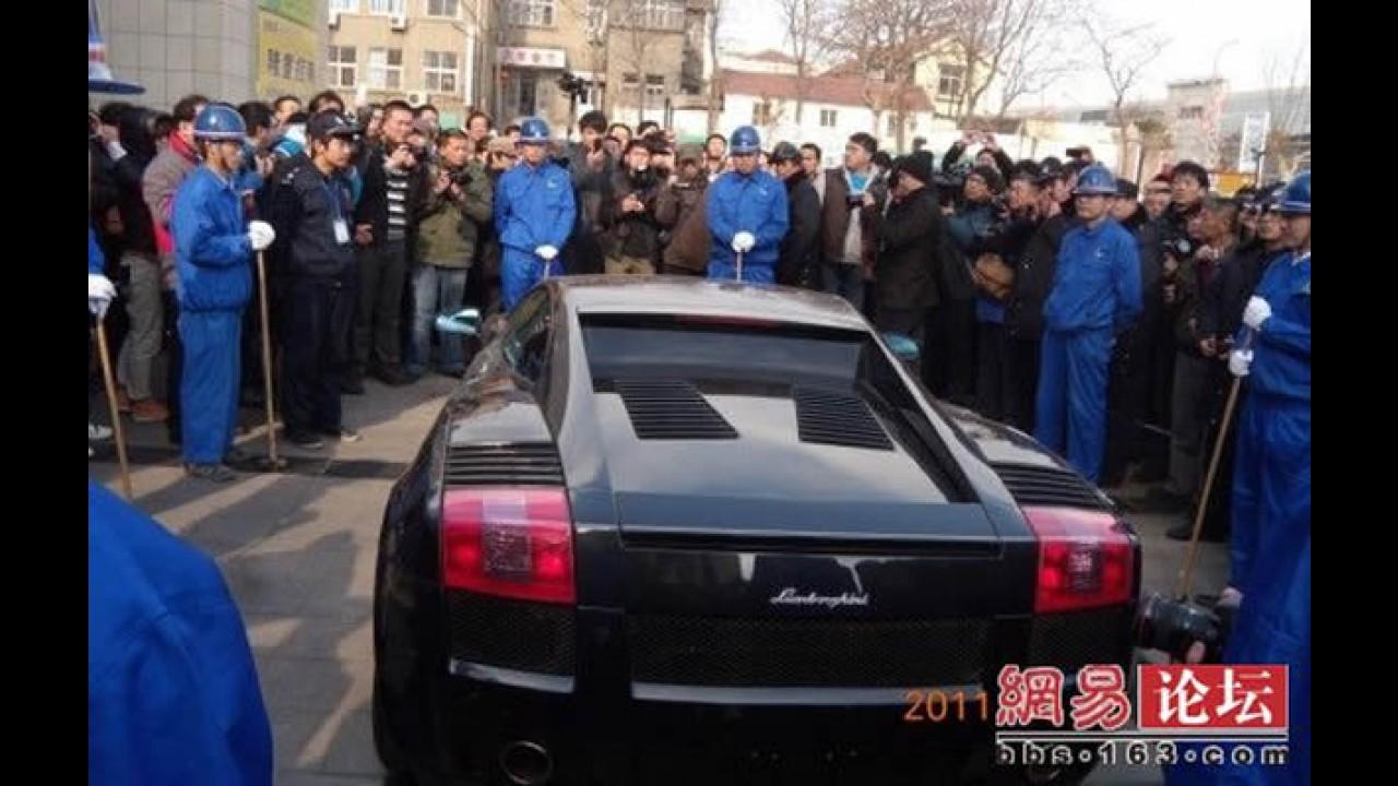Chinês revoltado destrói Lamborghini Gallardo em praça pública - Fotos e Vídeo