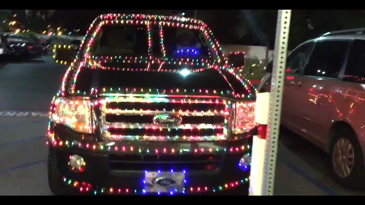 Este cara transformou um Ford Expedition em árvore de Natal móvel - vídeo
