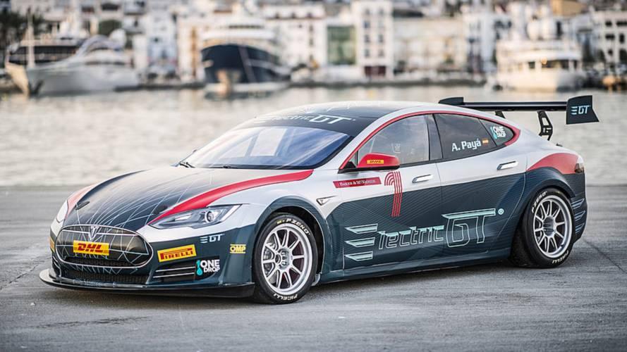 Tiff Needell, dünyanın en hızlı Tesla'sını kullanıyor