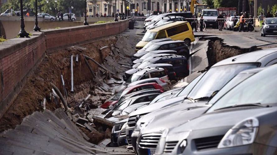 Sinkhole in Florence devours 20 parked cars