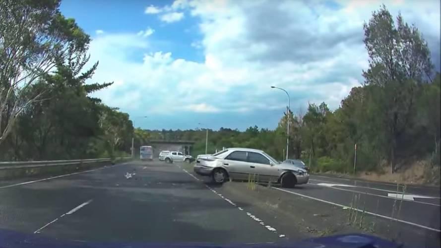 Kontrolden çıkan sedan karşı şeritteki pick up'a çarptı