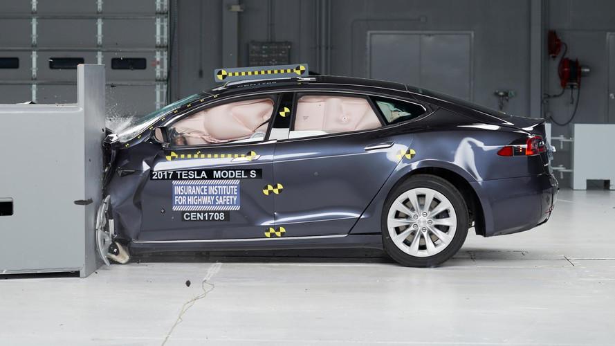 Amerikában csak átlagosra értékelték a Tesla Model S kis átfedésű töréstesztjét