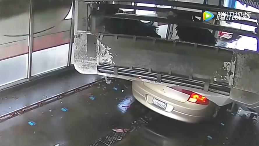 Carro é esmagado por lava-rápido por não seguir as instruções