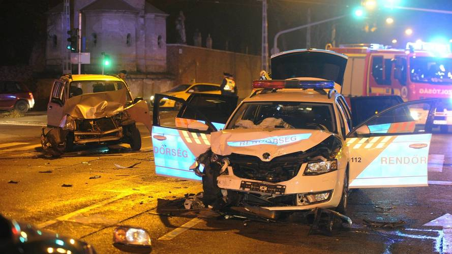 Rendőrautó és két személyautó ütközött a Fiumei úton