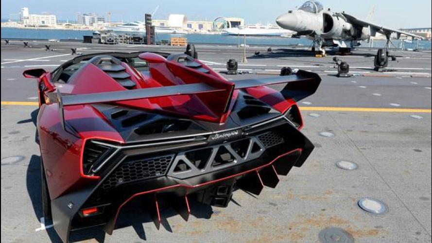 Lamborghini Veneno Roadster a bordo della Nave Cavour