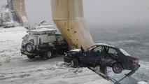 Yük gemisi fırtınaya yakalanıyor ve 52 araç denize düşüyor